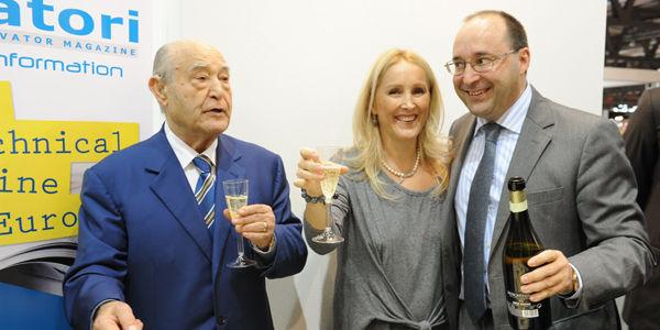 Ing. Giuseppe Volpe célèbre avec Maria et Matteo 40 années du magazine Elevatori