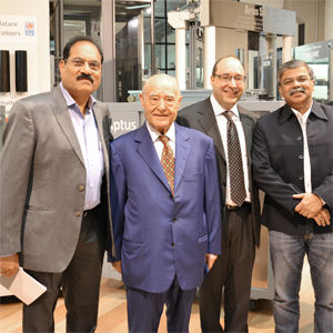 Des clients indiens dans le showroom IGV avec le Président et Directeur Général d'IGV